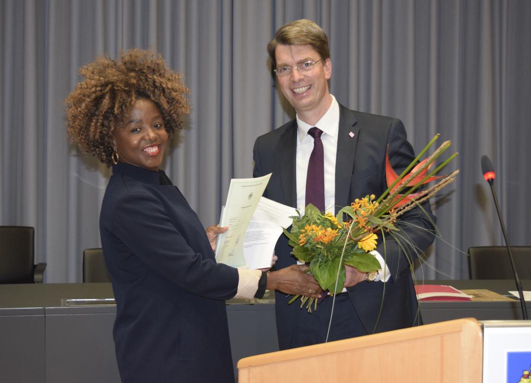 Stellvertretend für alle Neubürgerinnen und Neubürger der Stadt Hildesheim nahm Kossiwa Yebesse die Einbürgerungsurkunde von Oberbürgermeister Dr. Ingo Meyer entgegen.