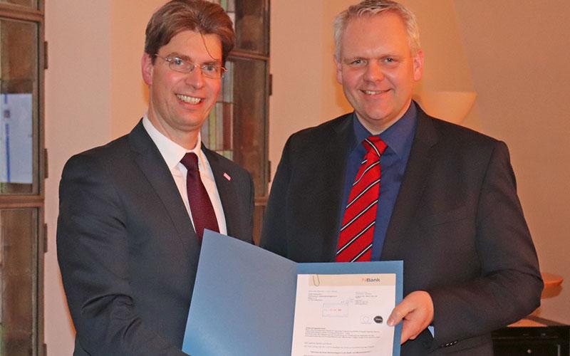 Oberbürgermeister Dr. Ingo Meyer (l.) freute sich sehr, den Förderbescheid aus den Händen Björn Thümlers (Niedersächsischer Minister für Wissenschaft und Kultur) zu erhalten.