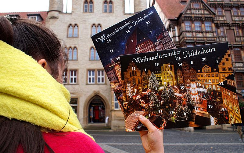 Noch 61 Tage bis Weihnachten: Ab sofort ist für Hildesheim-Fans der stadteigene Adventskalender in zwei unterschiedlichen Motiven sowie eine limitierte Christbaumkugel im Besucherzentrum Welterbe Hildesheim erhältlich.