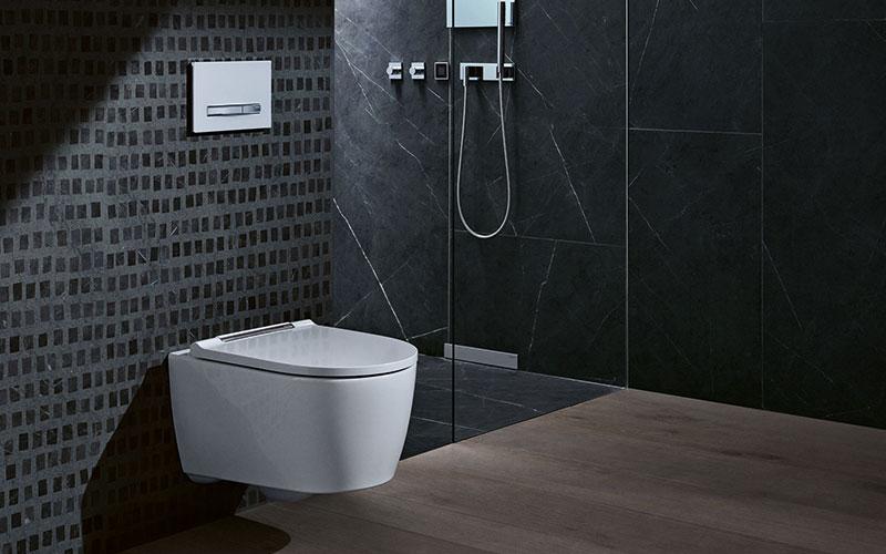 Mit seinem kompakten Äußeren und der ebenen und geschlossenen Form fügt sich das WC in große und kleine Bäder ein.
