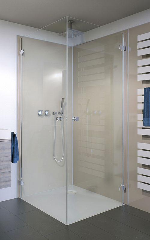 Fugenlose Wände in der Dusche sind leicht sauber zu halten. Ansprechende Dekors und eine bodenebene Duschfläche verhelfen dem Bad zu einem modernen Look.