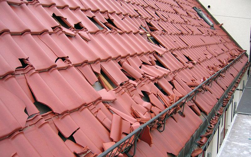 Gerade im Herbst und Winter häufen sich wieder die Stürme. Nicht jedes Dach hält den enormen Belastungen stand.