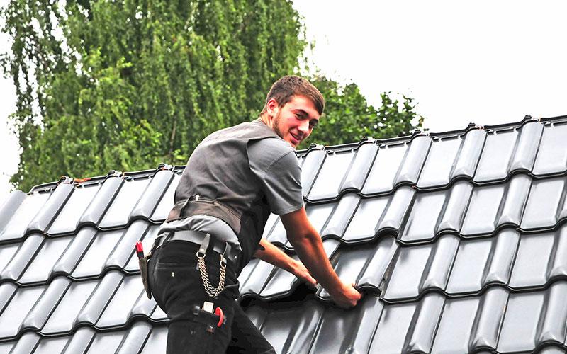 Attraktiver Ausbildungsberuf mit hohem technischen Anspruch - Aufstiegschancen inklusive: Der Beruf des Dachdeckers ist deutlich vielfältiger, als mancher auf den ersten Blick meint. An die Ausbildung schließen sich sehr gute Berufsperspektiven an.