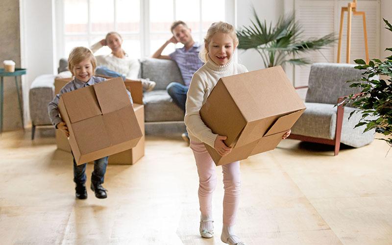 Bevor die Familie das neue Zuhause beziehen kann, sind viele Fragen rund um die Finanzierung zu klären - vor allem, da sich die Immobilienpreise aktuell auf hohem Niveau bewegen.
