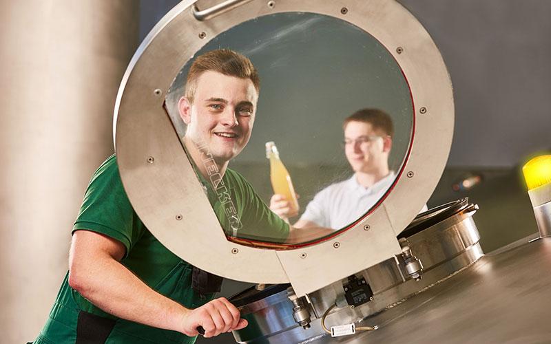 Mit Fingerspitzengefühl: Die Berufe Brauer und Mälzer haben einen maßgeblichen Anteil an der Biervielfalt. Das Besondere an der Tätigkeit des Brauers und Mälzers ist die Rückbesinnung auf handwerkliche Brautraditionen in Verbindung mit modernsten Technologien.