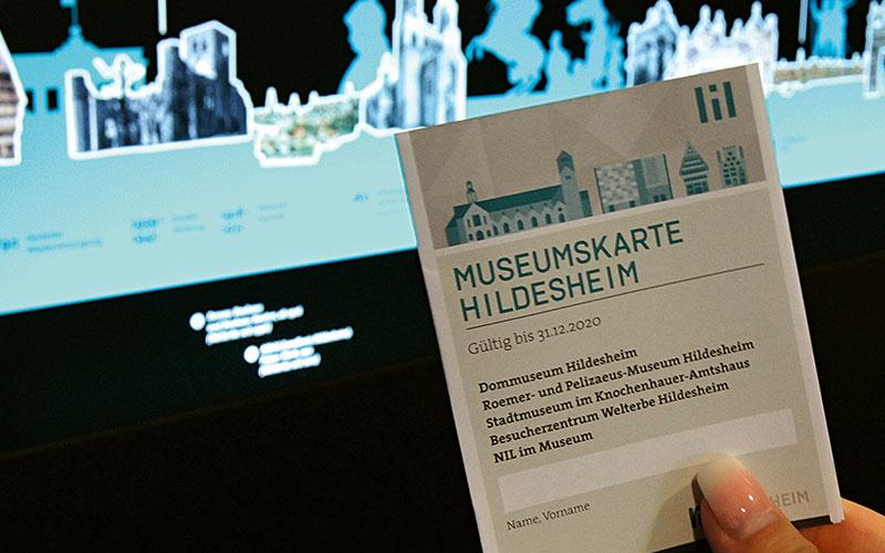 Für insgesamt 15 Euro lassen sich Dommuseum, Roemer- und Pelizaeus-Museum und Stadtmuseum entdecken. Inbegriffen ist außerdem je einmalig Kaffee und Kuchen im NIL im Museum sowie 10 Prozent Rabatt auf die UNESCO-Souvenirs im Besucherzentrum Welterbe Hildesheim.