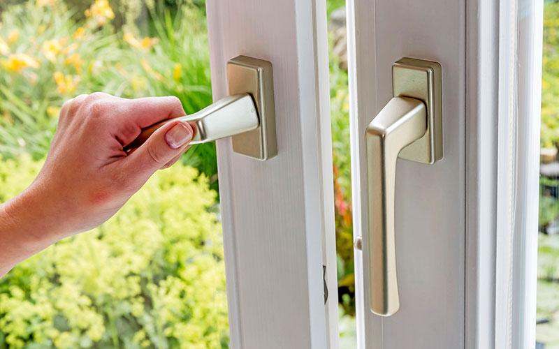 Statt das Fenster ständig in Kippstellung zu lassen, sollte man besser regelmäßig kurz und kräftig lüften.
