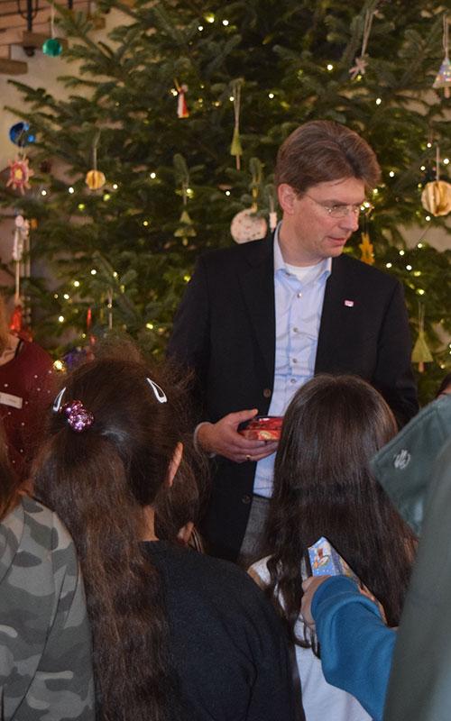 Oberbürgermeister Dr. Ingo Meyer überreichte den Kindern ihre Geschenke.