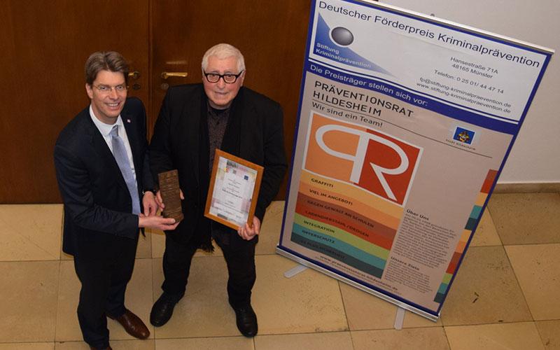 Oberbürgermeister Dr. Ingo Meyer (l.) mit Preisträger Martin Thumm.