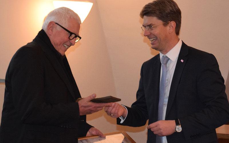 Martin Thumm nahm den Preis für Zivilcourage aus den Händen von Oberbürgermeister Dr. Ingo Meyer entgegen.
